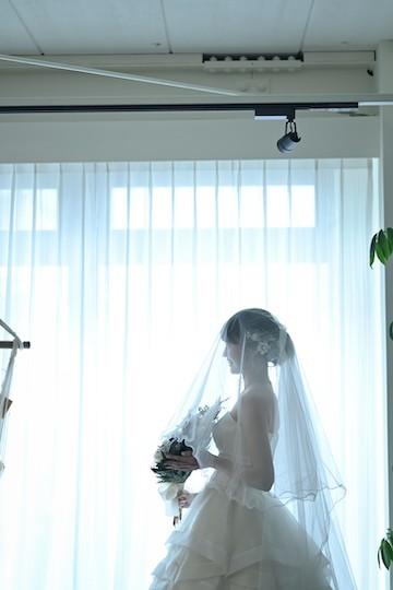 ベールをかけた花嫁の横姿
