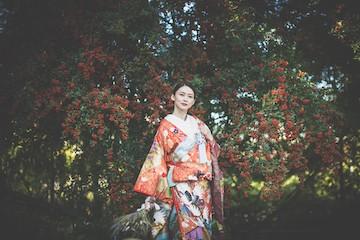 赤い木の実の前で撮ったお洒落な新婦