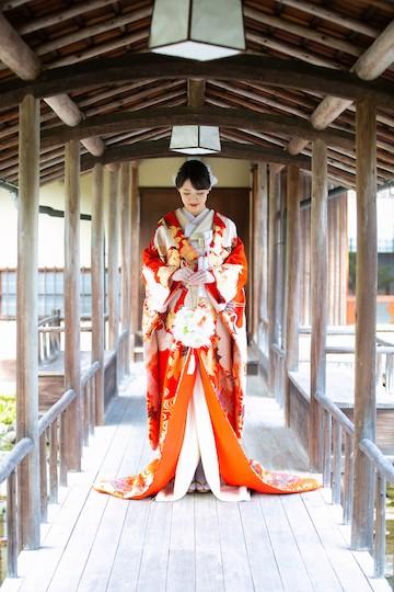 赤の色打掛を来た花嫁