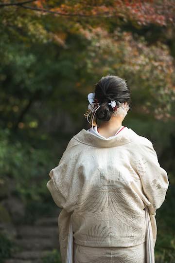 白無垢を着た新婦の後ろ姿
