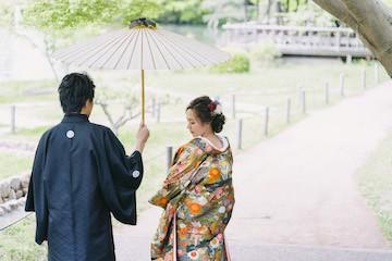 和傘を挿して撮った結婚写真