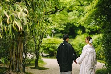 和装を着て手を繋いでいる夫婦