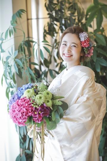 おしゃれな紫陽花のブーケとヘッドアレンジの似合う笑顔の花嫁