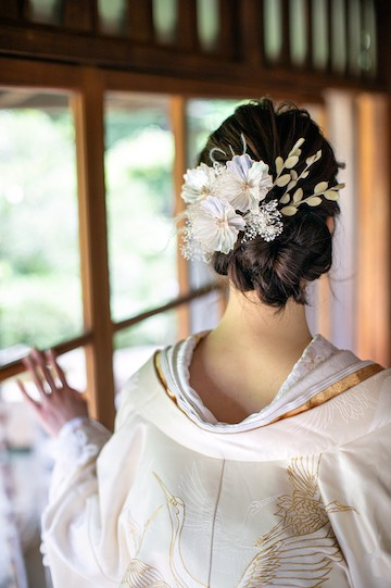 オシャレな和装アレンジヘアの白無垢姿の花嫁