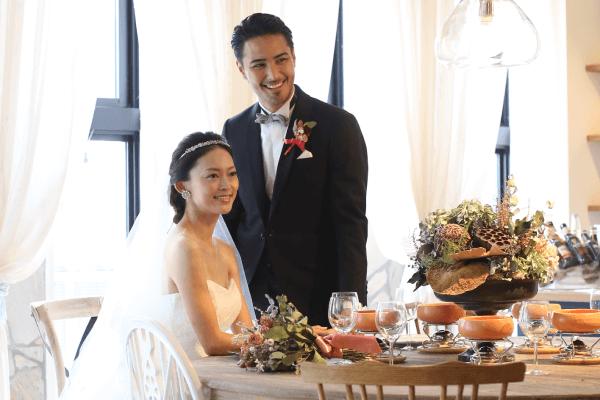 ウェディングドレスとタキシード姿の花嫁と花婿