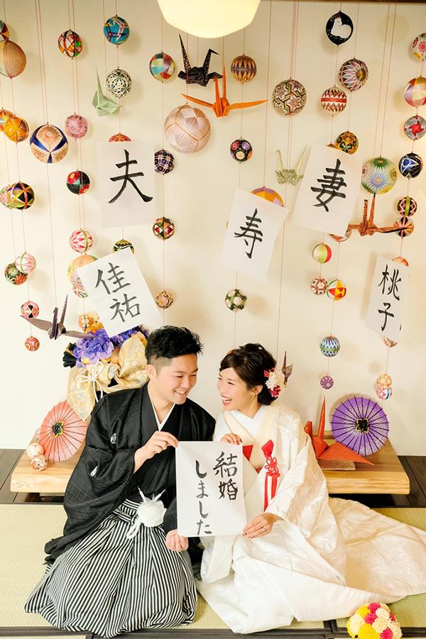 鶴と毬のオブジェの前で和装で人気の正座のポーズ