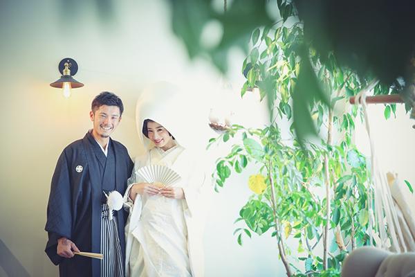スタジオの緑と一緒に撮った結婚写真